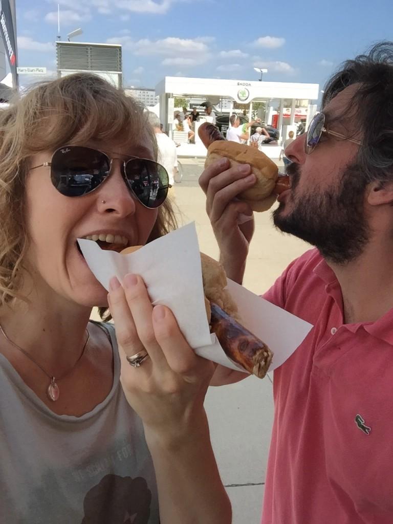 Glücklicherweise haben Grillwürstchen eine ähnlich stimmungsaufhellende Wirkung auf meinen Mann wie Eis auf mich. Aus reiner Liebe zu ihm hab ich dann auch eins genommen. ;)