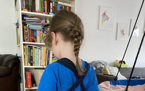 kleine Jungen mit langen Haaren